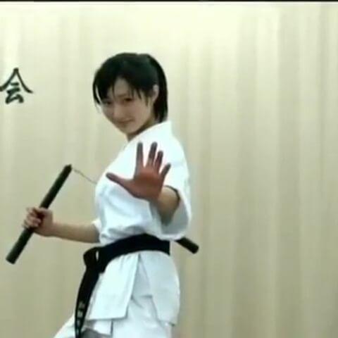 Cô gái Karate với côn nhị khúc - nunchaku
